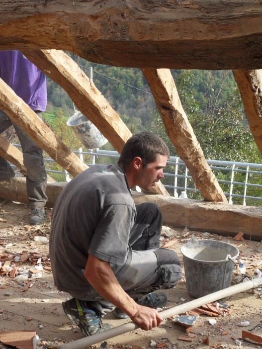 Le charpentier à l'oeuvre