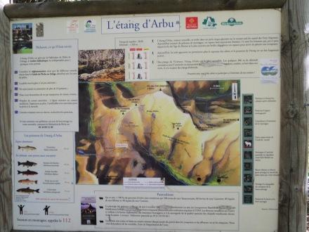 Le panneau d'information au départ d'Arbu