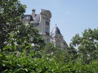 Immeubles parisiens et verdure