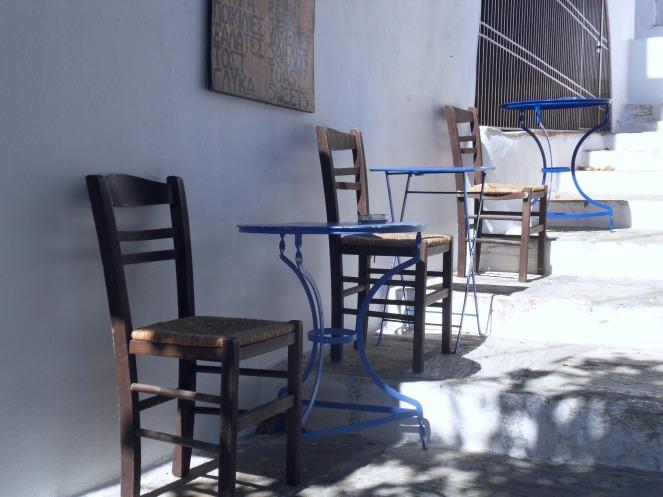 A l'ombre toujours tables et chaises !
