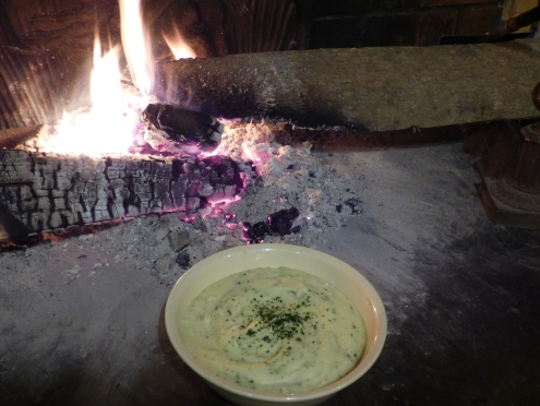 la purée reste au chaud devant le feu