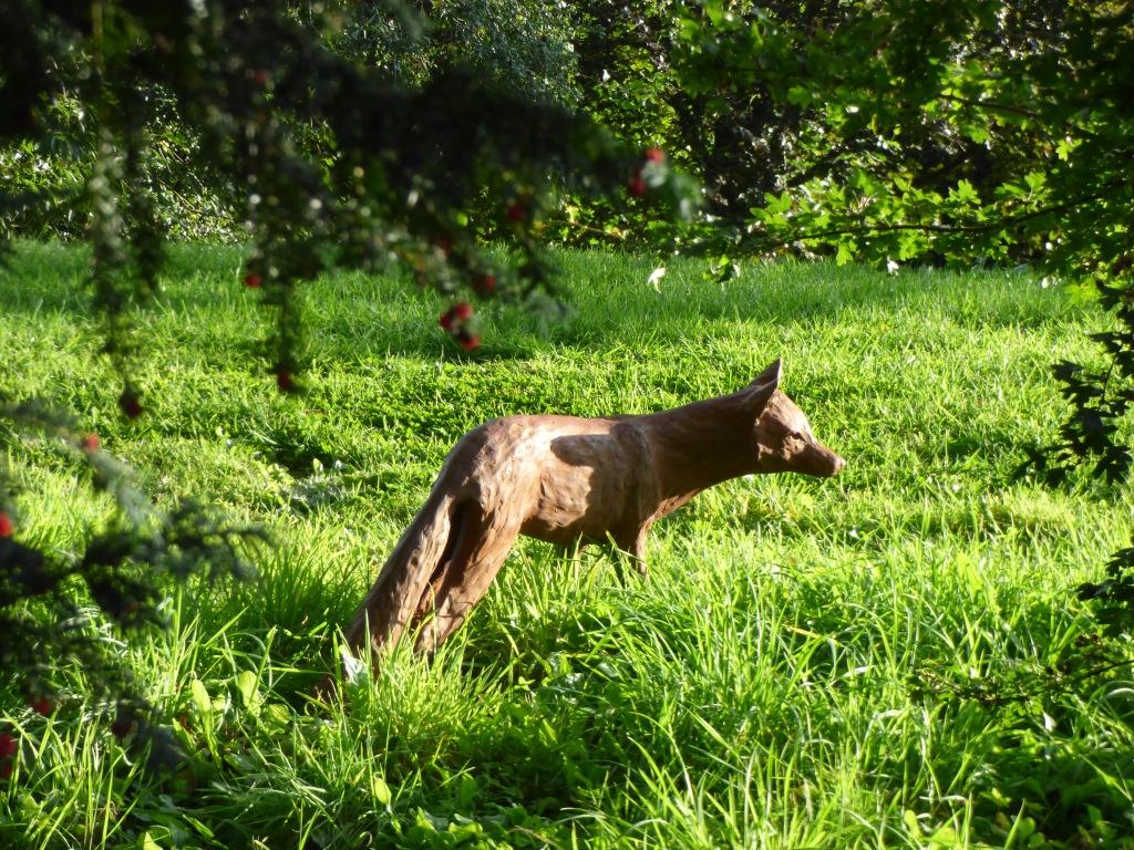 Dans le parc le renard. Sculpture de Caroline Barnett